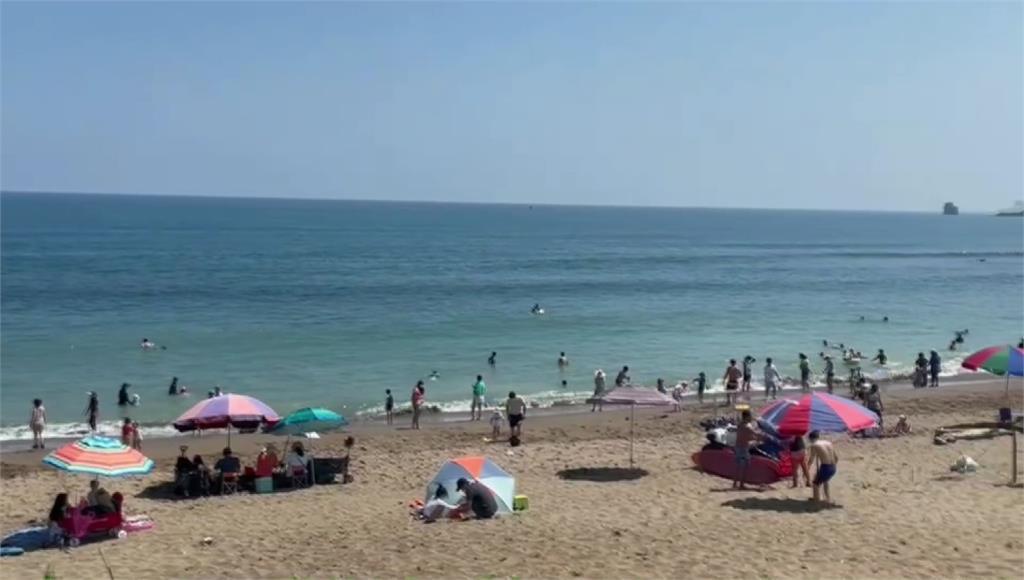 金山「中角灣」沙灘湧進玩水人潮。圖/台視新聞