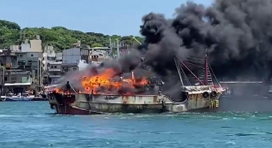凱勝23號今上午不明原因,突然起火燃燒。圖/台視新聞