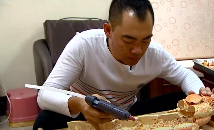 廖先生原來是個廚師,換心之後開始利用廢棄食材進行藝術創作。圖:台視新聞