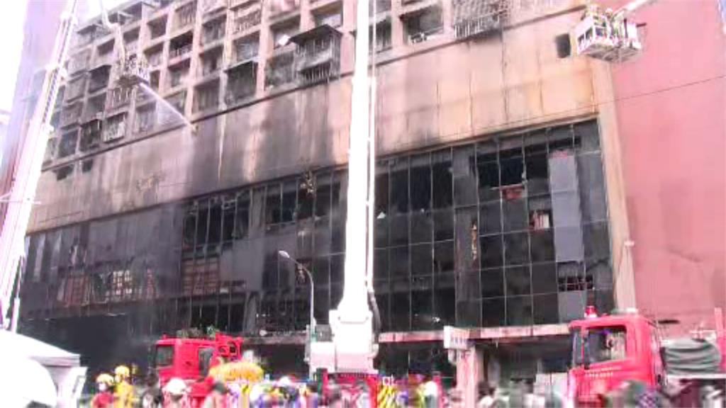 鹽埕區城中城大樓被大火燒得面目全非。圖/台視新聞