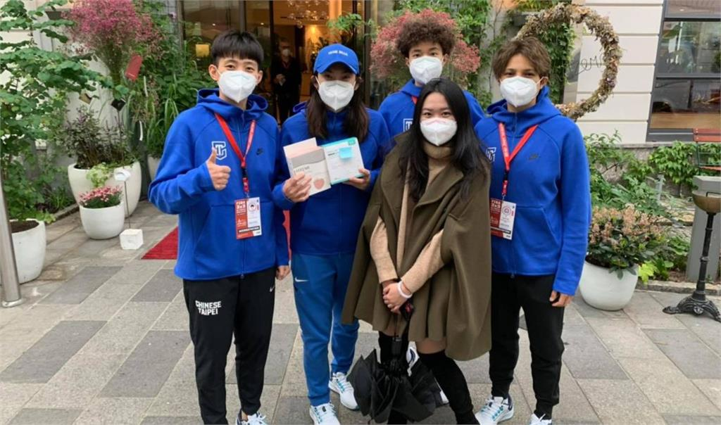 在奧地利台灣留學生送N95口罩。圖/翻攝自錢薇娟臉書