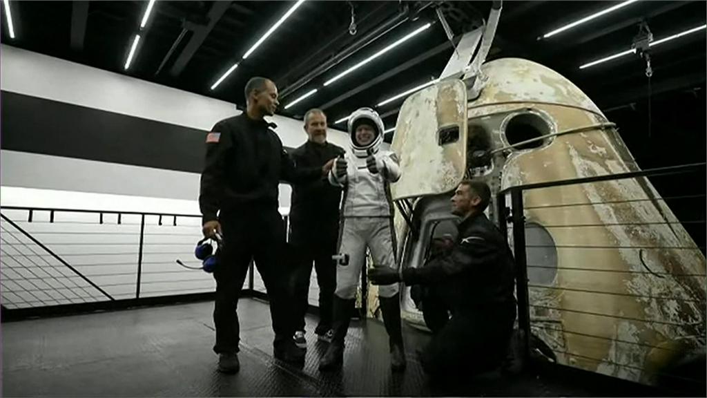29歲的助理醫師阿爾塞諾率先步出太空艙,對鏡頭比讚。圖/翻攝自AP Direct