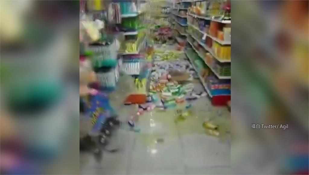 印尼爪哇外海在台灣時間10日下午3點,傳出規模6強震,賣場商品散落一地。圖/翻攝自Twitter @(agilelo)