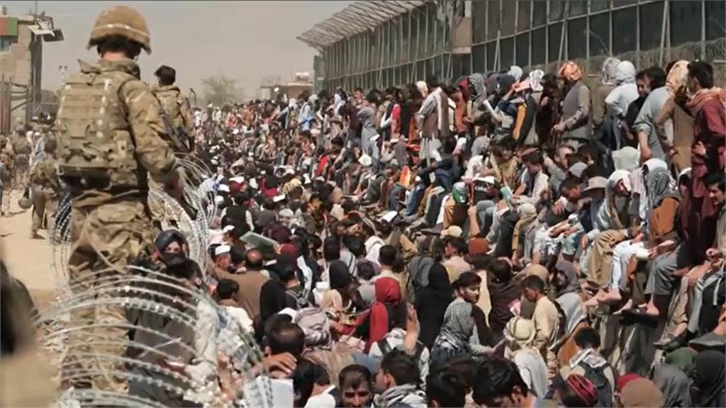 美國國安團隊指出,喀布爾機場可能陸續會發生多起恐怖攻擊。圖/翻攝自AP Direct