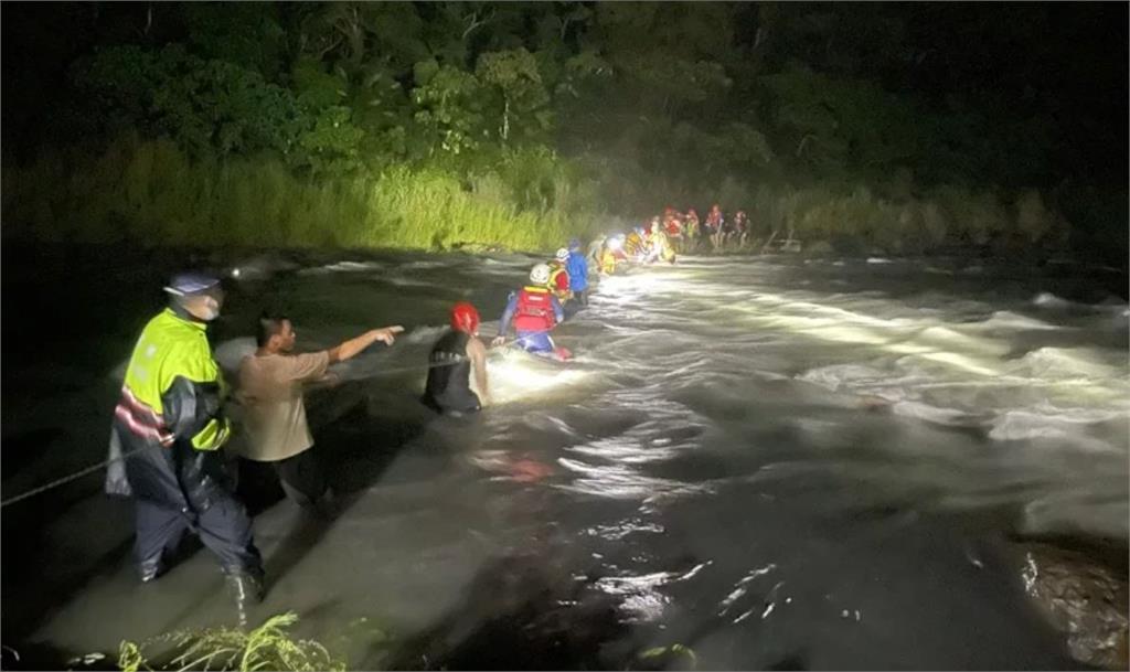 家族旅遊溯溪遇溪水暴漲 20人受困宜蘭南澳北溪獲救