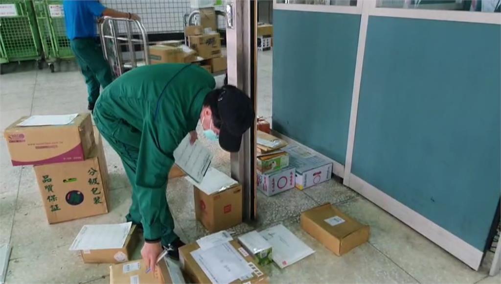 郵務士忙著處理大量包裹。圖/台視新聞