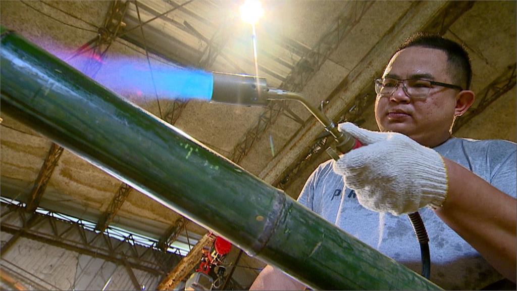 火烤竹子 替竹子殺青 經過火光試煉 竹子煥然一新。