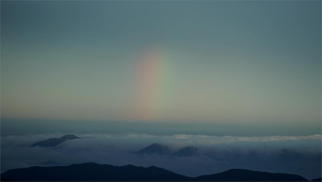 奇萊南峰驚見彩虹光影,讓遊客讚嘆大自然的美妙。圖:台視新聞