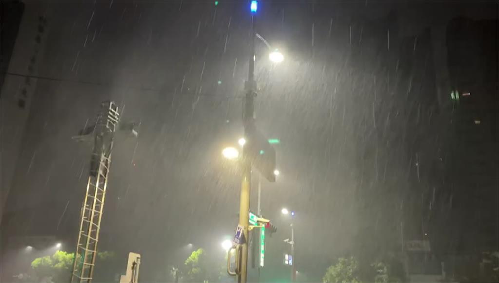 受西南氣流影響 高雄凌晨襲「狂風驟雨」