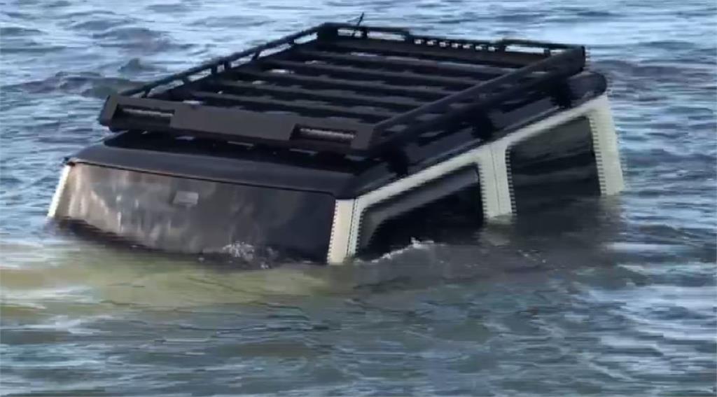 吉普車落海,幾乎滅頂。圖/台視新聞