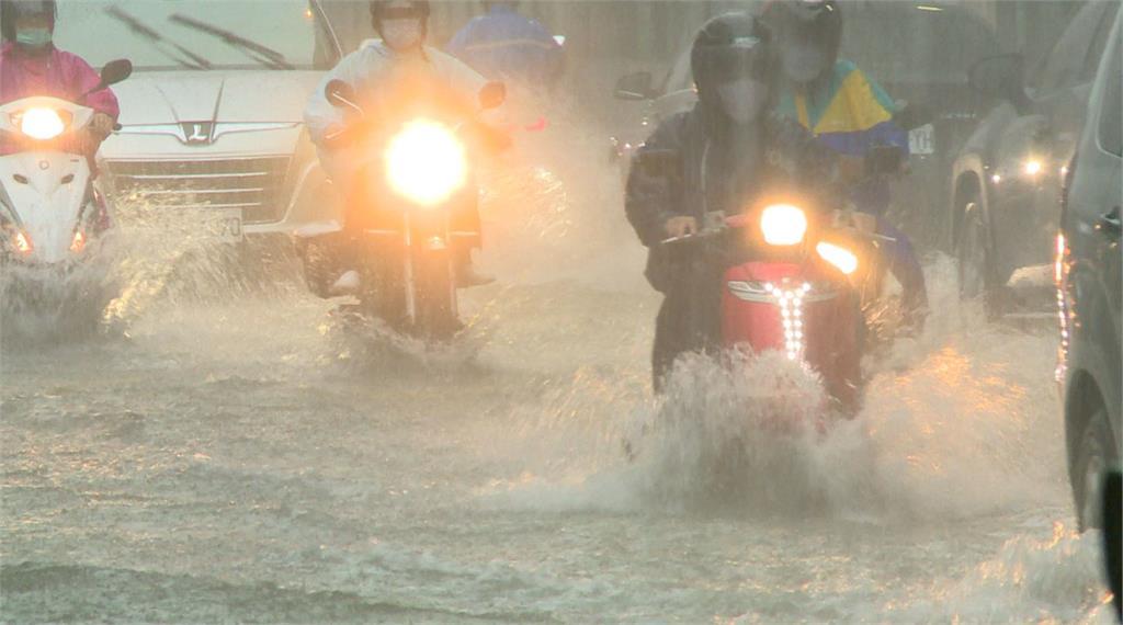 因鋒面徘徊全台天氣不穩,各地需嚴防短延時強降雨。圖/台視新聞(資料畫面)