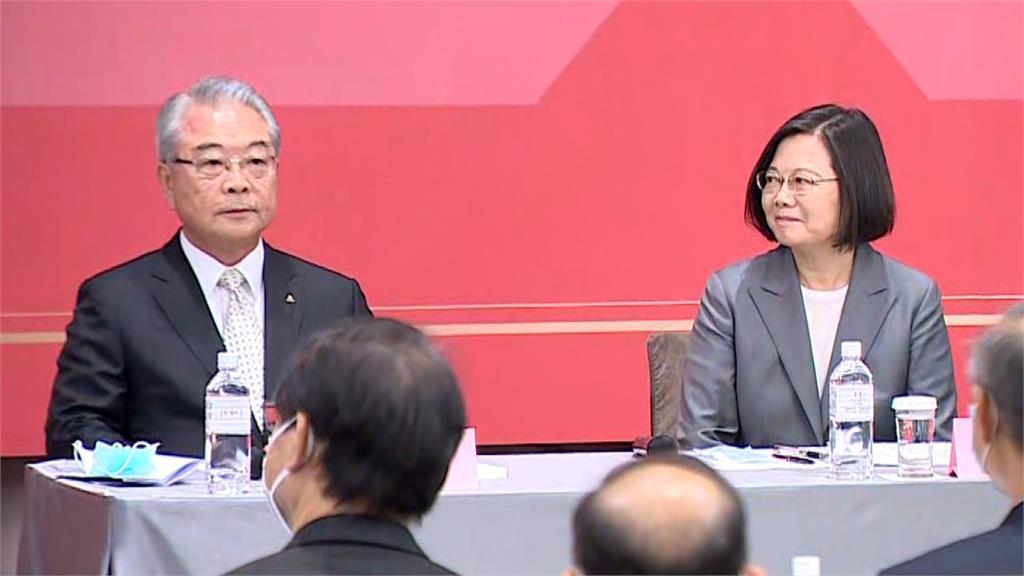 三三會八月例會中,三三會理事長許勝雄與蔡總統並肩而坐。圖:台視新聞