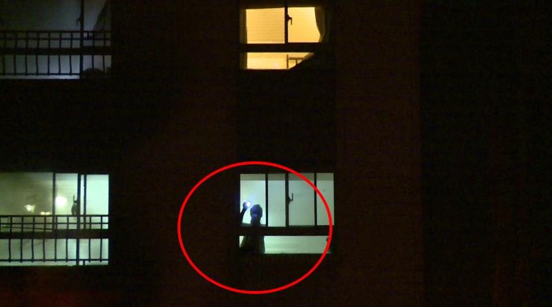 疑電鑽充電爆炸起火 大樓住戶站窗邊待援