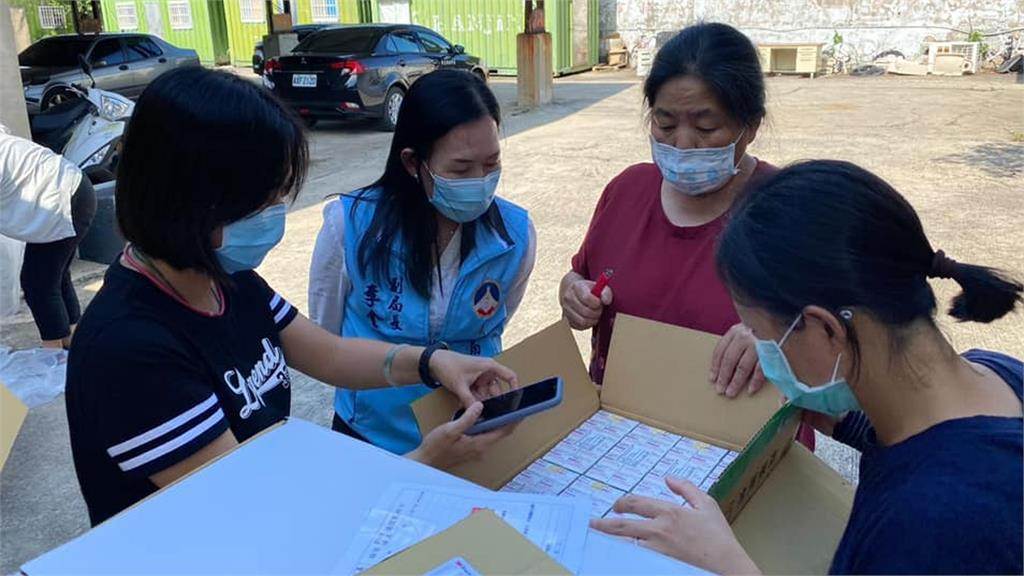 金門縣衛生局在戶外清點疫苗,照片一出引發爭議。圖/翻攝自Facebook@yang.chengwu