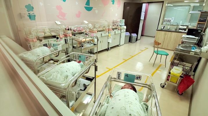 2020年台灣出現「生死交叉」,死亡人數首度超越新生兒數,正式進入人口負成長。圖台視新聞