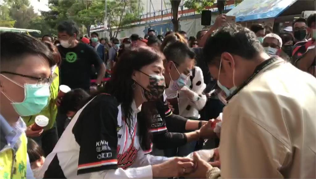 洪孟楷、林宜瑾在台南棒球場發放雞排和飲料。圖:台視新聞