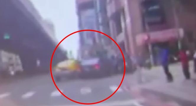 黑色轎車遭計程車撞上後,直接撞機車待轉區。圖:台視新聞