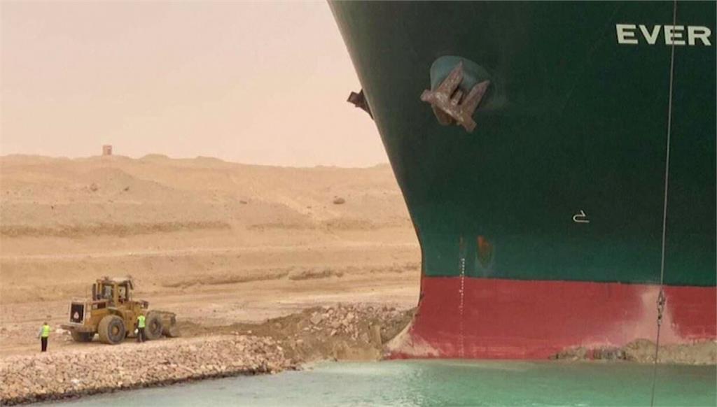 蘇伊士運河管理局正在搶救長榮貨輪。圖/翻攝自AP direct