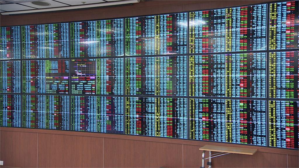 台股本週第一個交易日指數開低走低,失守17800點大關。圖/非凡新聞