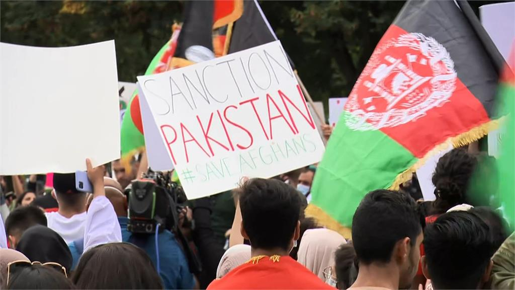 白宮外面聚集大批人潮聲援阿富汗。圖/翻攝自AP Direct