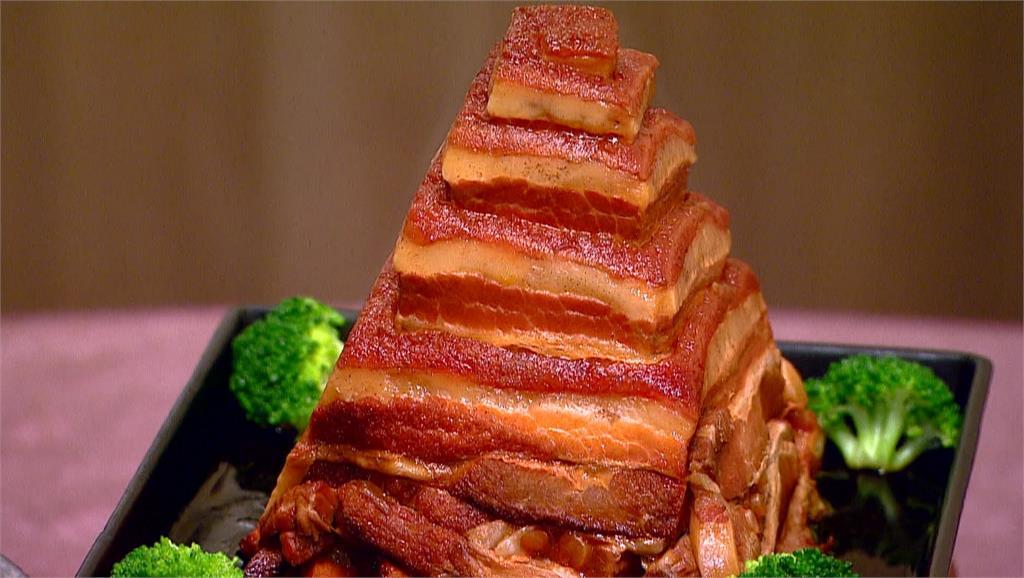金字塔造型東坡肉,淋上特調滷汁,油油亮亮,挑動味蕾。圖:台視新聞
