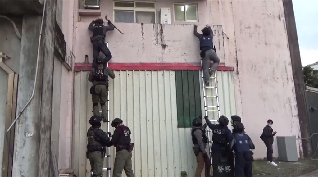 警方攀牆,攻堅破獲詐騙機房。圖:台視新聞