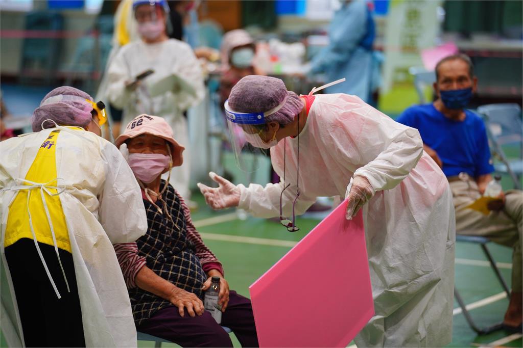 高雄市政府晚間宣布五行政區明日停班課、停打疫苗。圖/翻攝自FB@陳其邁 Chen Chi-Mai