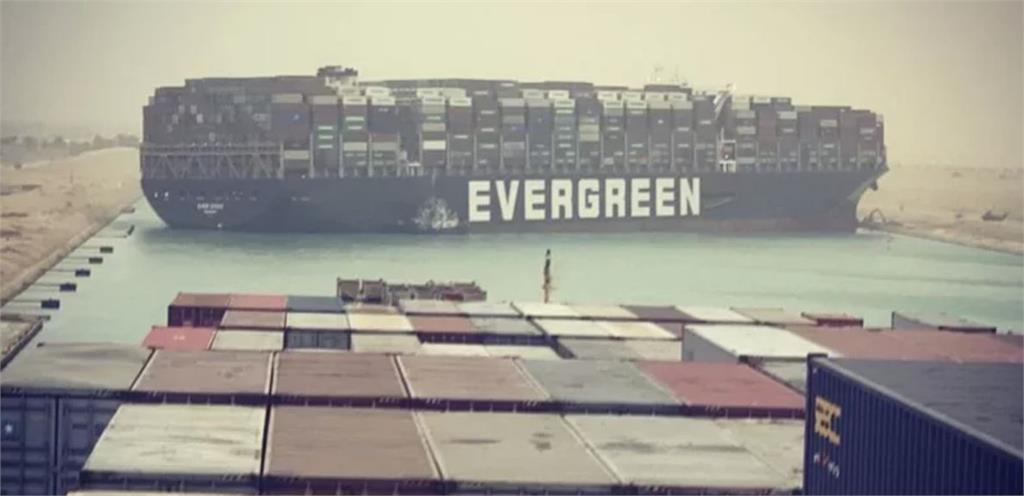 長榮貨櫃輪長賜號擱淺在蘇伊士運河。圖/翻攝自Twitter@John Scott-Railton