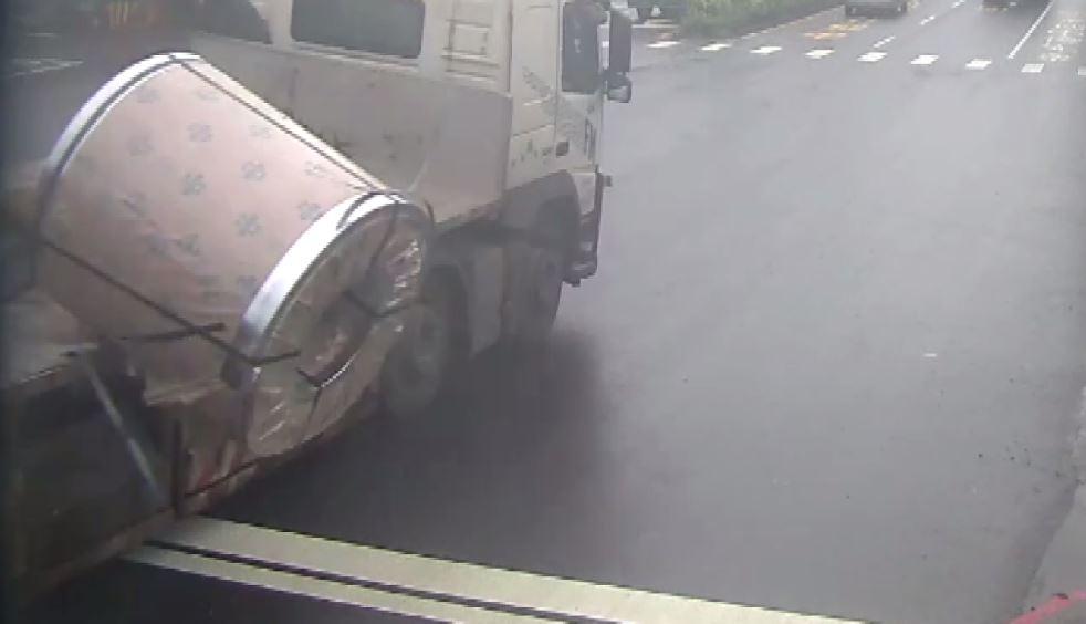 聯結車上的鋼捲掉落。圖/警方提供
