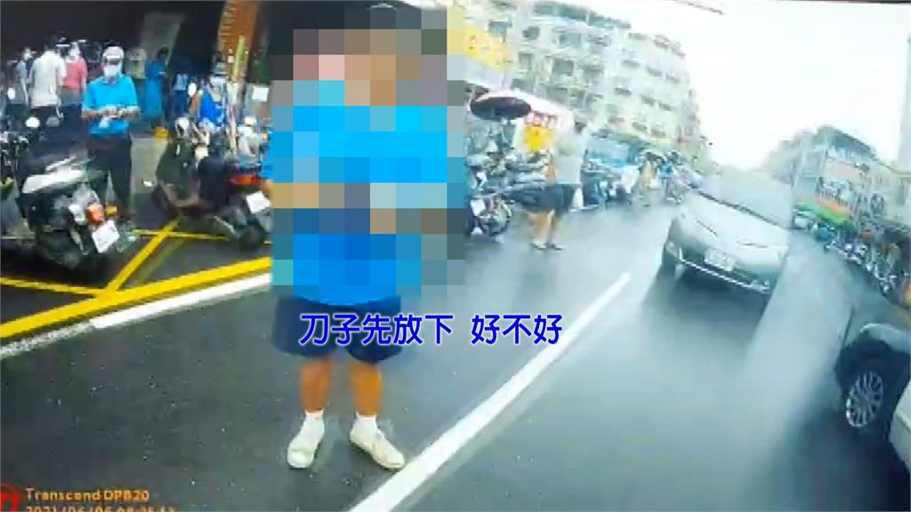 台南一名陳姓男子不戴口罩硬闖市場,還當街襲警。圖/台視新聞