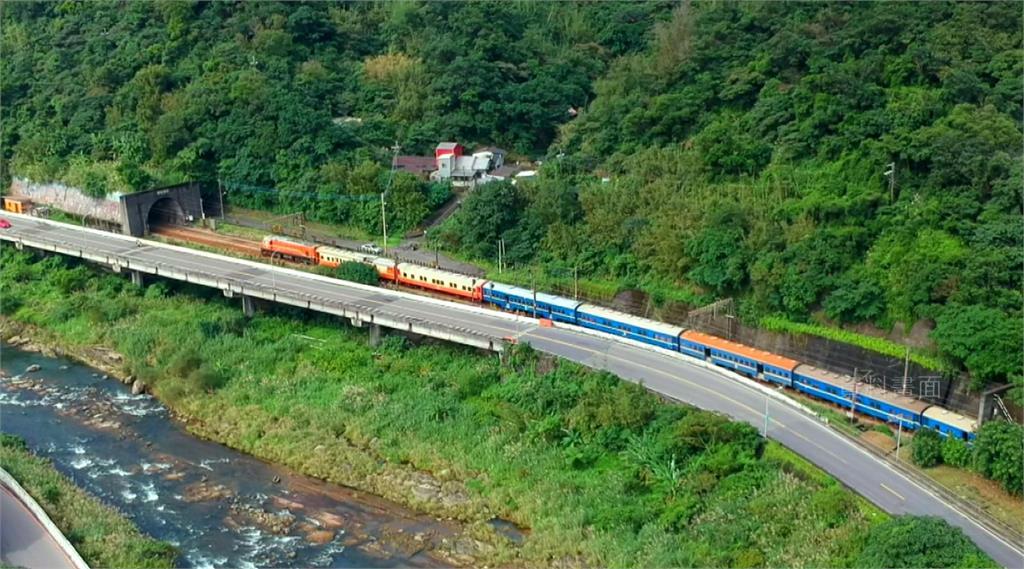 枋寮往返台東的「藍皮列車」受鐵道迷青睞,但有名日本旅客和另名鐵道迷想搭自強號,卻在枋寮站搭上「迴送車」。圖:資料畫面