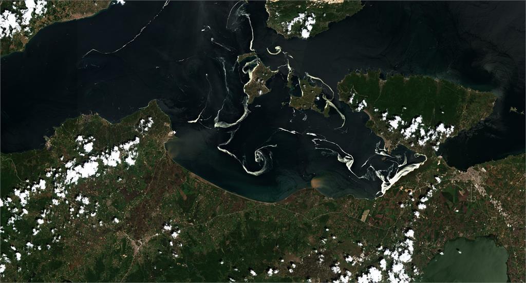 土耳其伊斯坦堡的地中海沿岸出現大片白色「海鼻涕」。圖/翻攝自twitter@Copernicus EU