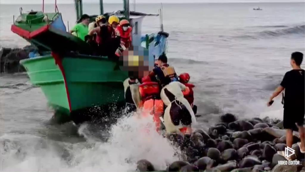 岸巡人員救出受困船員。圖/台視新聞