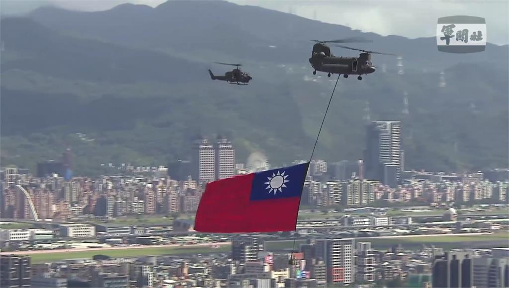直升機吊掛巨幅國旗。圖/台視新聞