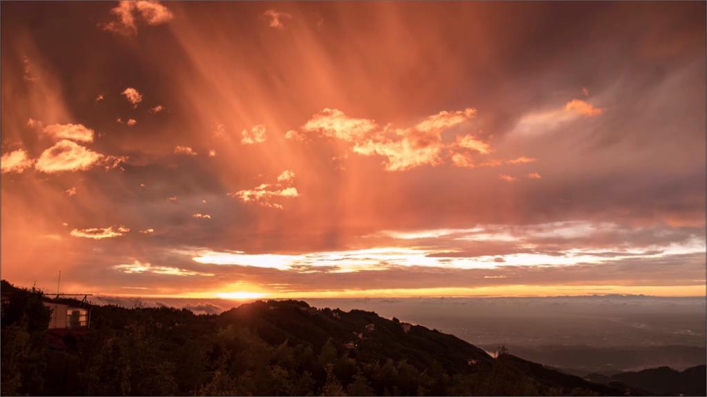 美!南投鹿谷大崙山 拍到萬丈光芒彩霞