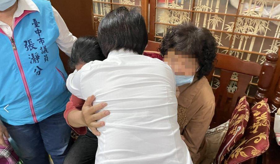 盧秀燕探視罹難袁姓司機的母親。圖/翻攝自台中市政府網頁