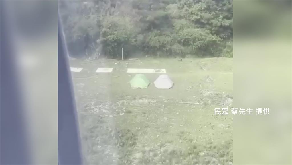 停機坪上有兩個帳棚違法紮營,讓直升機無法落地救援。圖/民眾蔡先生提供