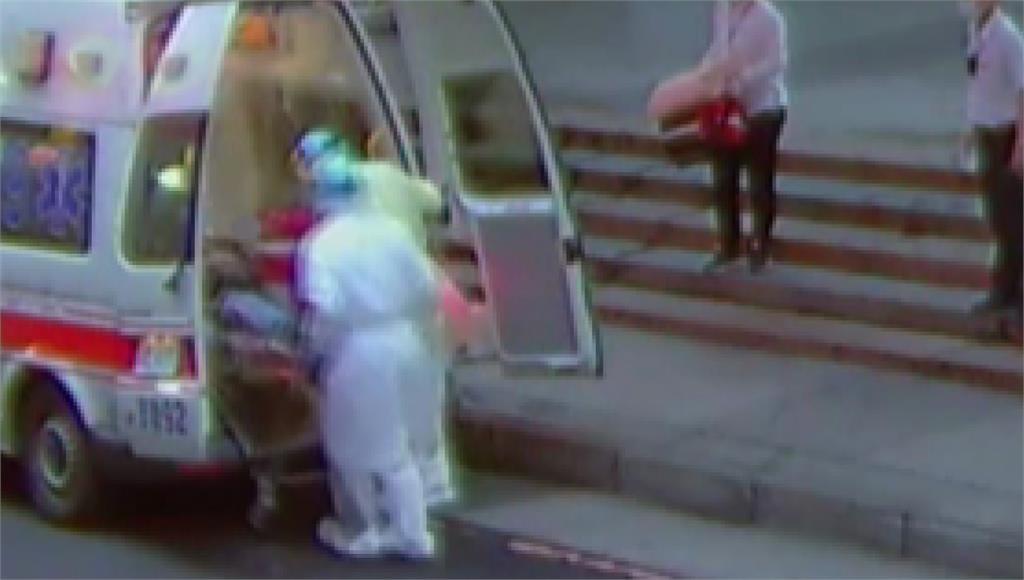 乘客搭乘區間車時出現發燒症狀,緊急於汐科北站下車,被送醫救治。圖/台視新聞