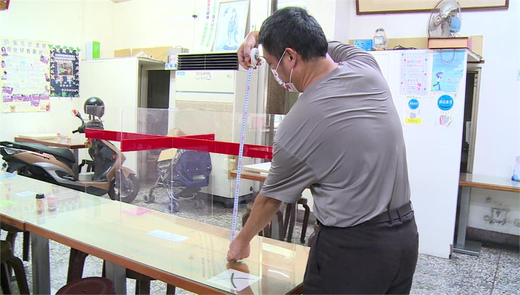 業者加高防疫隔板待衛生局複檢。圖/台視新聞