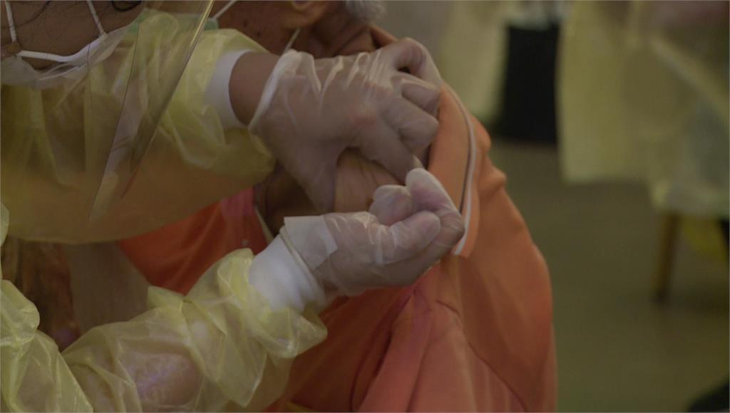 苗栗縣有2名長者疑似施打AZ疫苗後,出現身體不適情況,送醫不治。示意圖/台視新聞(資料畫面,非當事人畫面)