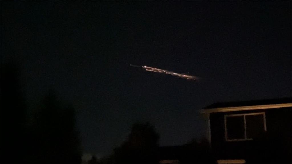 神秘亮光劃過夜空如飛龍在天。圖/翻攝自AP Direct