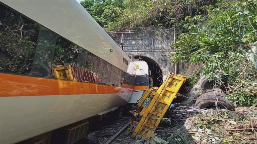 工程車滑落邊坡撞上太魯閣號,造成列車出軌。圖/台視新聞