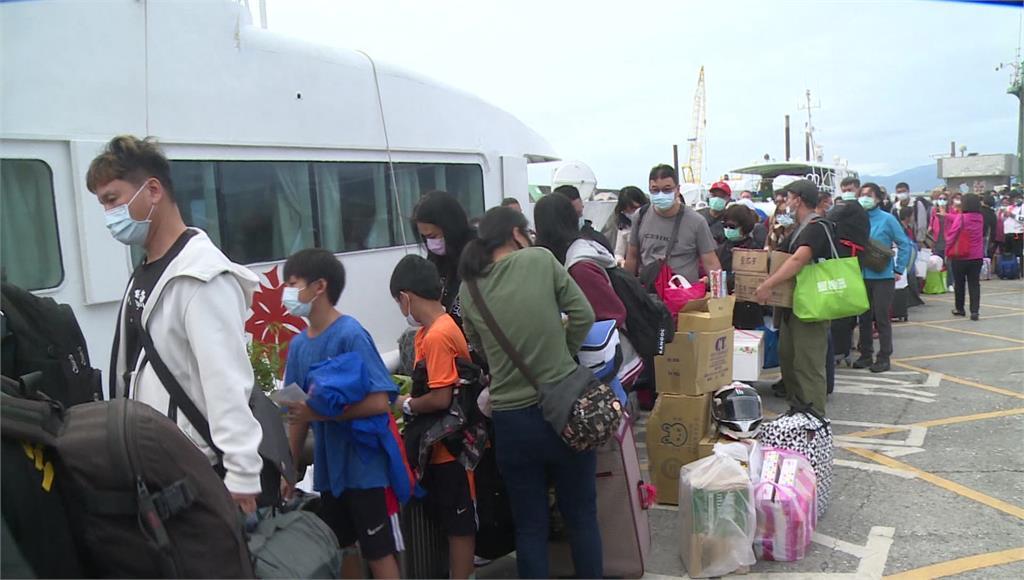 大批民眾帶著物資準備搭船回蘭嶼。圖:台視新聞