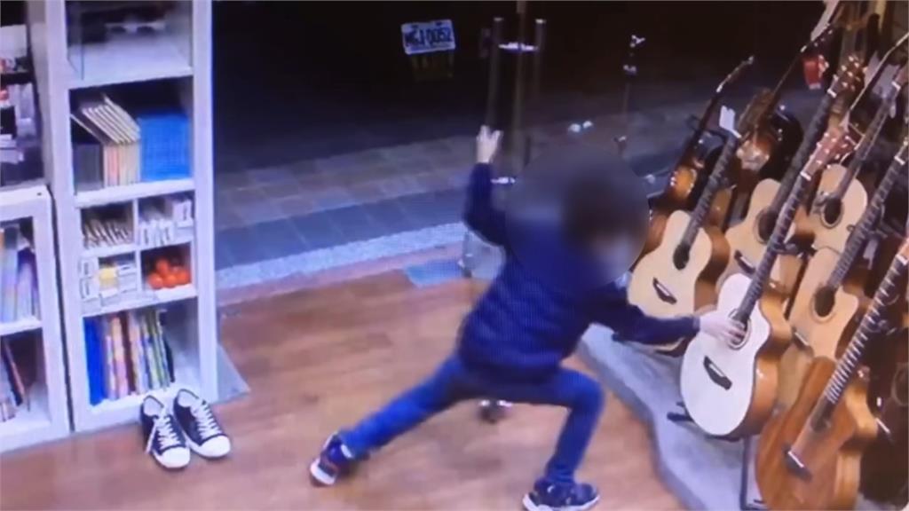 男童偷偷跑進店裡,只為了彈吉他一下。圖/台視新聞