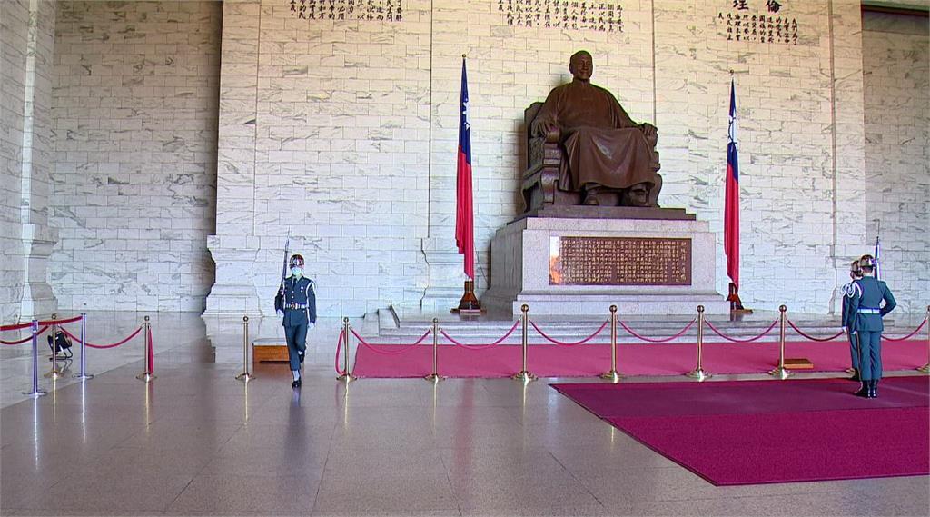 促轉會昨公布中正紀念堂轉型方案,計畫要破除園內的威權象徵,包括要移除大廳內的蔣公銅像。圖/台視新聞
