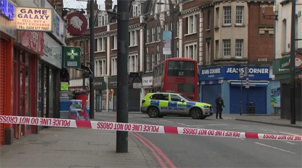 警方獲報到場後,將揮刀的嫌犯當街擊斃。圖:台視新聞