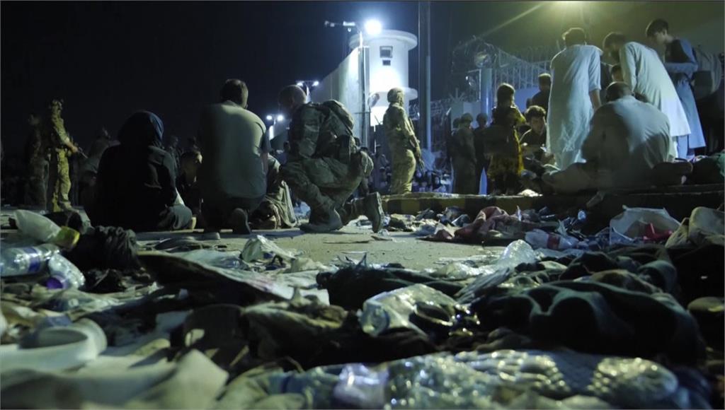 阿富汗喀布爾機場仍有2萬人滯留。圖/翻攝自AP Direct