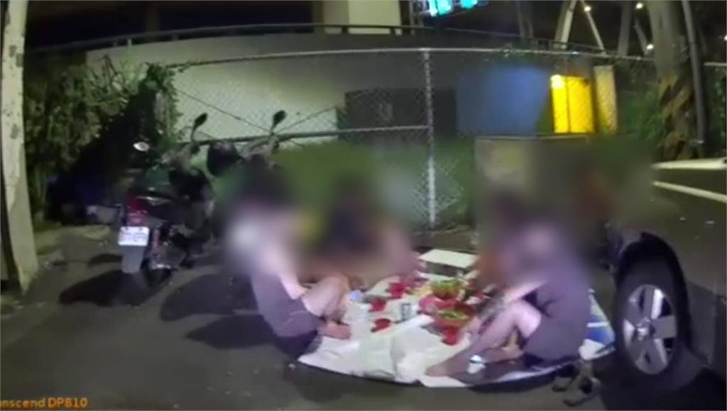 5名移工躲在小巷子聚會烤肉,未戴口罩遭警開罰。圖/台視新聞