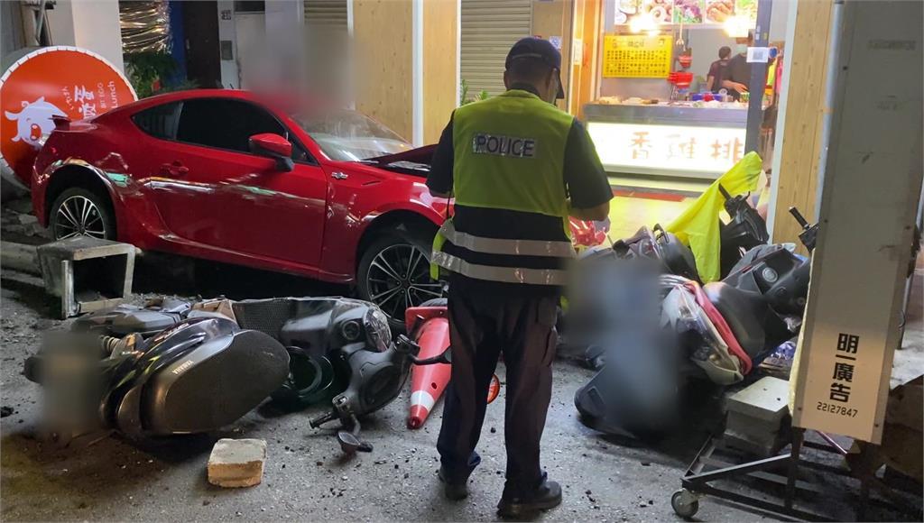 一旁機車全被肇事轎車撞倒。圖/台視新聞