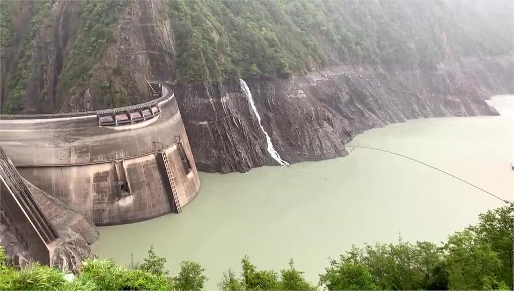 24日下午4點17分,德基水庫集水區出現降雨。圖/台視新聞
